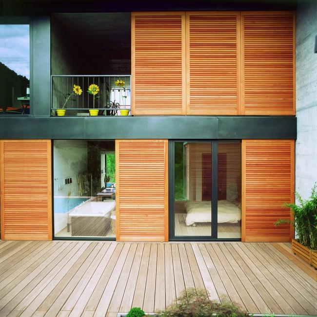 Ставни на окна. Раздвижные ставни могут закрывать наглухо панорамные окна и террасу, при этом не занимая места в открытом состоянии