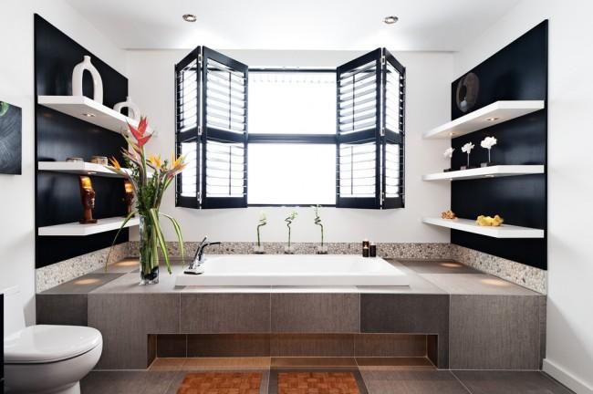 Ставни на окна. Складные жалюзи - не менее удачная, чем с жалюзи, идея для ванной комнаты с окном