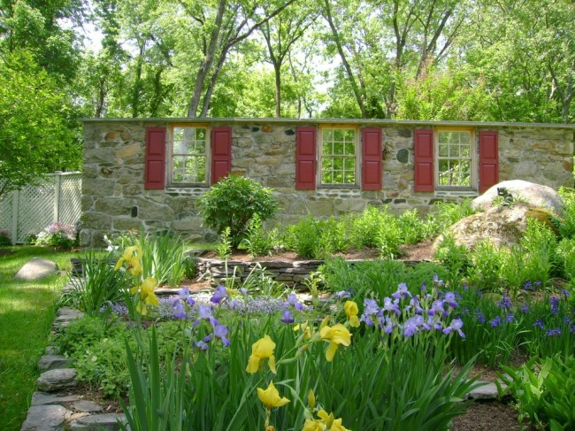 Ставни на окна. Вторая жизнь для отслуживших своё деревянных ставней: украшение ими сада