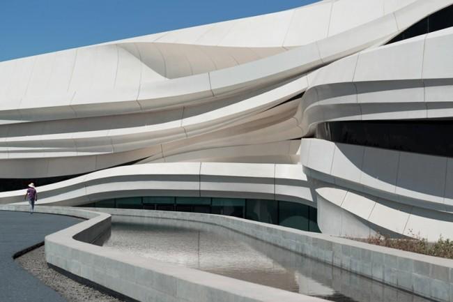 Дизайн музея приобрел волнообразную структуру. Изображение © NAARO