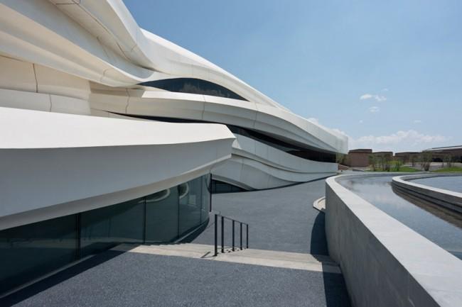 """Если подойти поближе, можно заметить, что здание разделено на две части. Основной вход как бы """"вывернут"""", окна растянулись по всей высоте музея. В этой части расположена выставочная площадь, которая состоит из двух галерей, с возможностью выставлять скульптуры и инсталляции на цокольном этаже. Изображение © NAARO"""