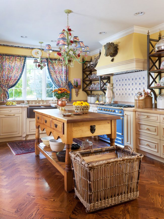 Цветные шторки на окнах в интерьере кухни стиля прованс