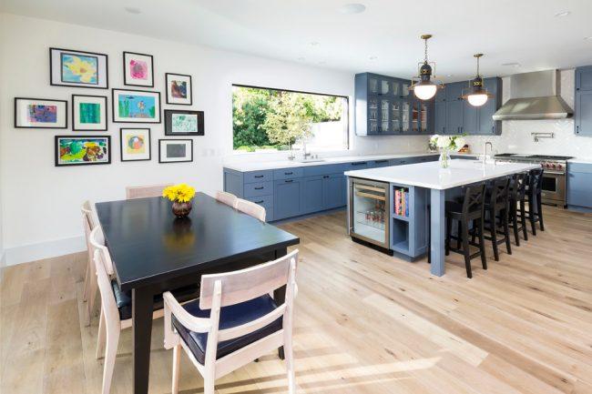 Просторная кухня, совмещенная со столовой