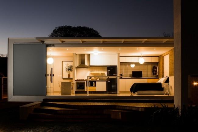 Узкий дом продолговатой формы со всеми необходимыми функциональными зонами внутри