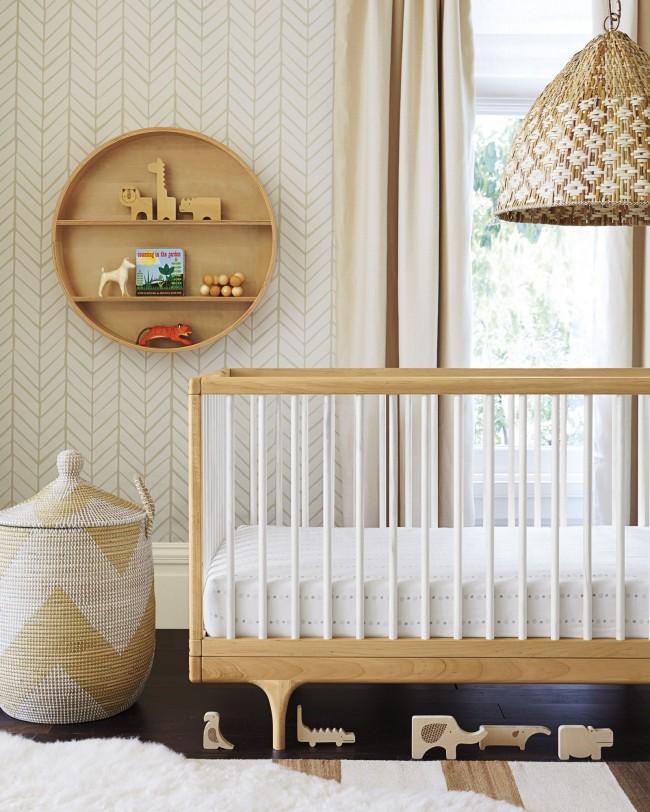 Пример органического интерьера с ковром для комнаты новорожденного