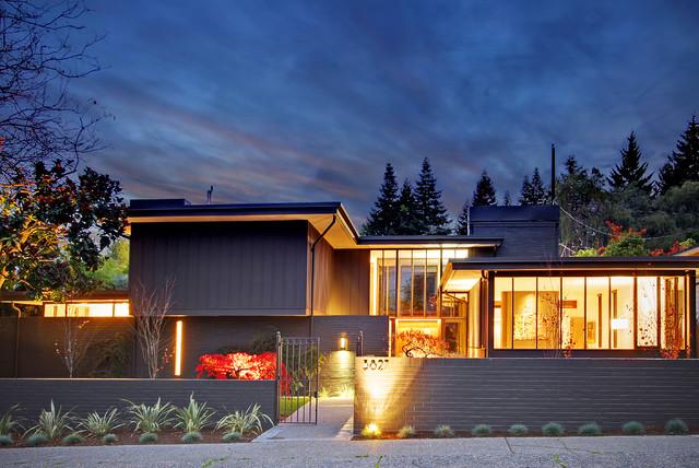 Стильный, лаконичный забор из кирпича - прекрасное обрамление для современного дома