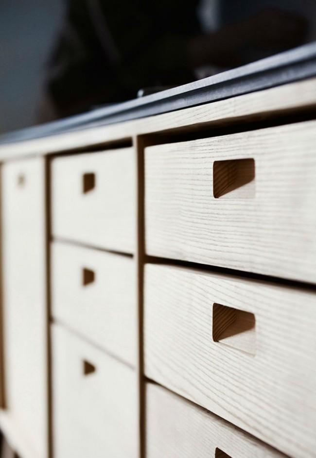 Преимущество таких мебельных ручек состоит в их возможности ровно сливаться с плоскостью фасада без всяких выдающихся частей, что бывает очень ценно стилистически или практически