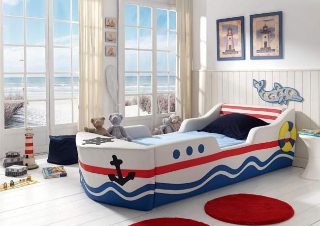 Маленькие ковры круглой формы завершают дизайн интерьера детской в морской тематике