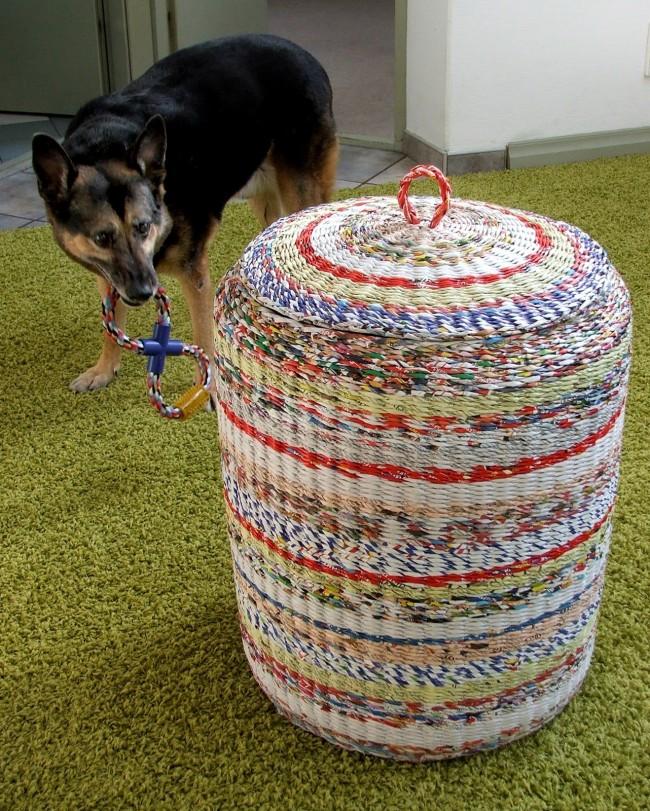 Бельевая корзина с разноцветными вставками