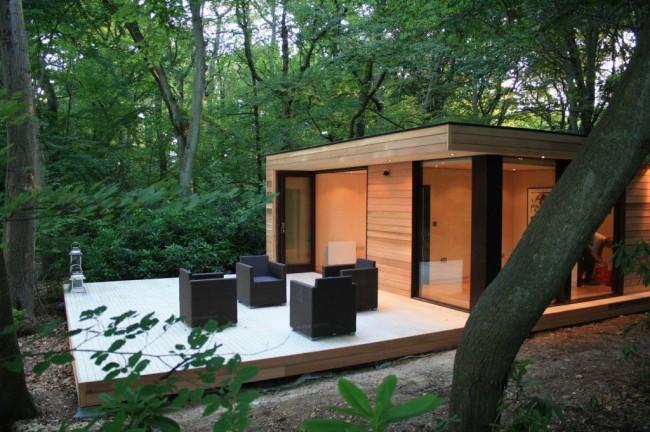 Небольшой современный дом с широкой террасой для отдыха