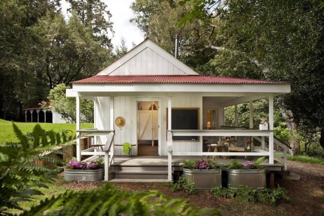 Открытая веранда с крышей позволяет наслаждаться окружающими пейзажами и звуками природы в любые погодные условия
