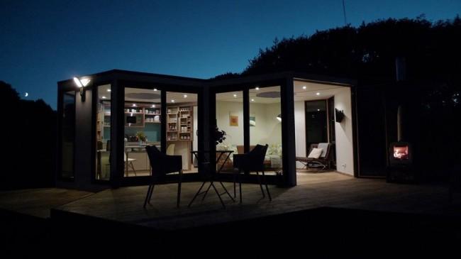 Ночью дом становится не менее красив, а наоборот преображается когда зажигают свет