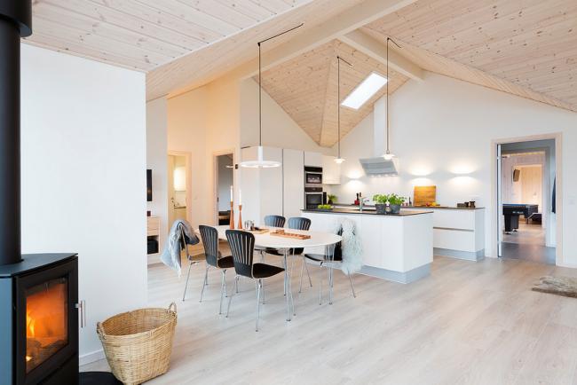Чугунная дровяная печь органично выглядит в современных интерьерах