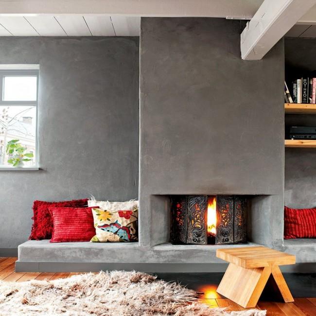 Стена с камином обеспечивает теплые, уютные места для посиделок и отдыха