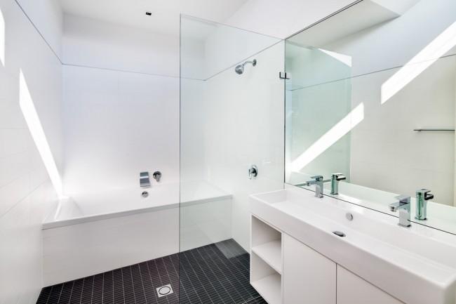 Экран под ванной из пластиковых реек