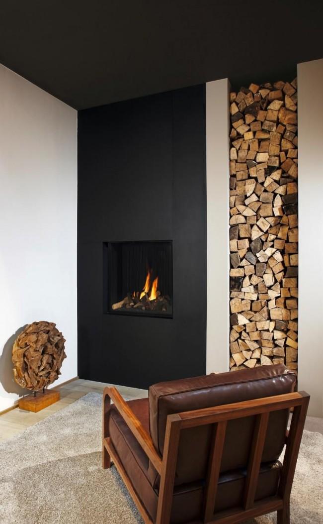 Поленья являются одним из самым естественным декором для зоны у камина.