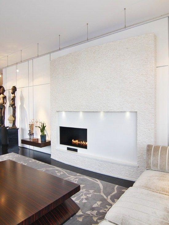 Плоский электрокамин, напоминающий телевизор, встроенный в стену