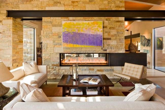 Камин в гостиной — символ домашнего очага.