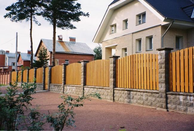 Кирпичный забор с декоративной облицовкой