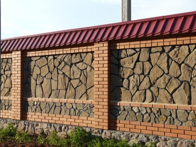 Сочетание кирпича и камня в заборе смотрится очень красиво