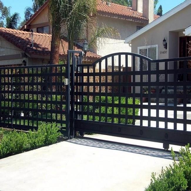 Просто и надежный кованый забор