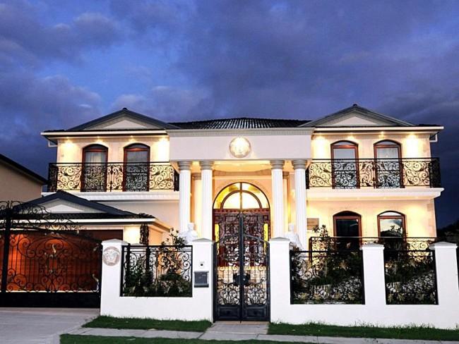 Изящный ажур кованых элементов - прекрасное украшение фасада дома