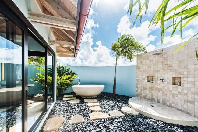 Летний душ с декоративной дорожкой к дому