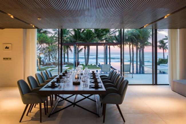 Большой обеденный стол с видом на океан