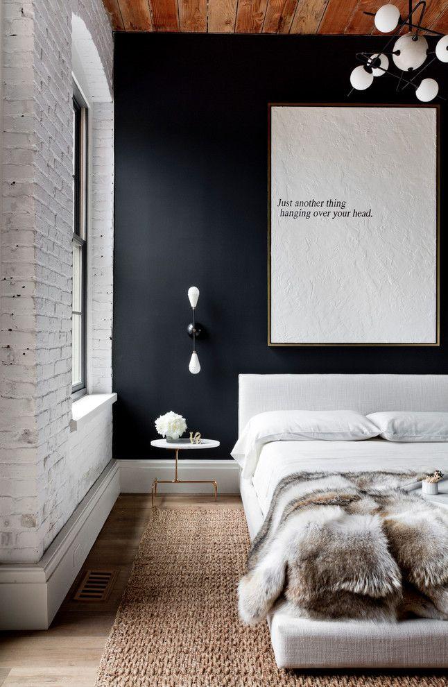 Стиль лофт предполагает минимум лишних вещей: столик и кровать - вся мебель в данной спальне