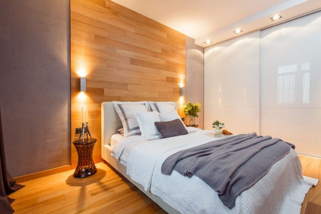 Спальня в стиле эко со стеклянными прикроватными тумбочками