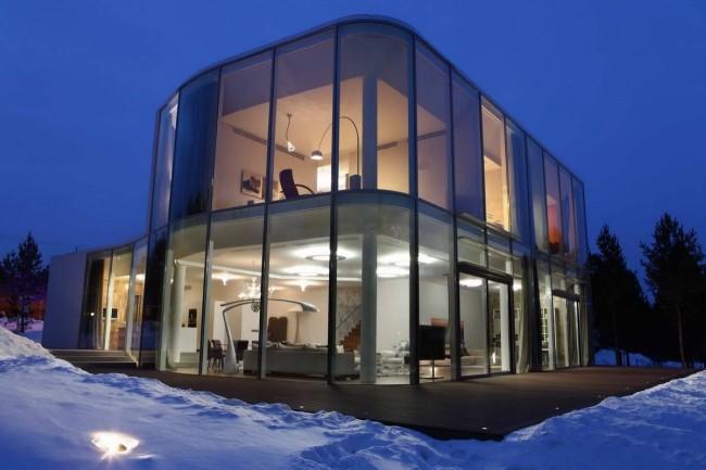Модульный дом с огромными стекляными окнами придает сооружению легкость и позволяет, в полной мере, насладиться всей красотой окружающей природы