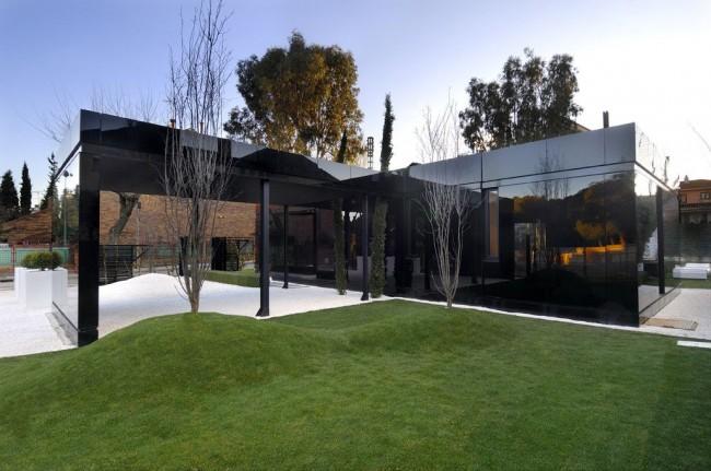 Зеркальное стекло всегда смотрится очень выгодно, а в выбранном варианте модульного дома оно придает зданию загадочный и одновременно современный вид