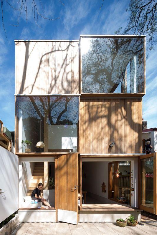 Красивый модульный дом с шахматным чередованием стеклянных и деревянных стен