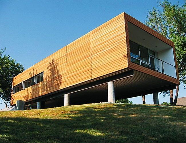 Большой и просторный модульный дом возведен на сваях, что позволяет улучшить открывающийся вид с террасы, а пространство под домом можно использовать под стоянку автомобилей