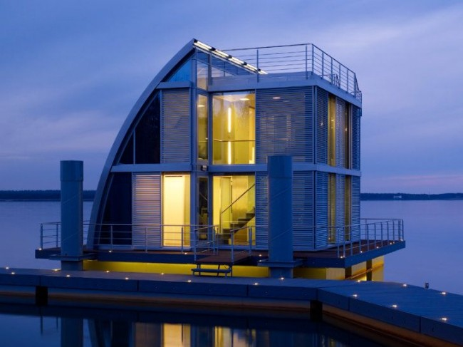 Яркий модульный дом с удачно выбранной подсветкой построен прямо на воде