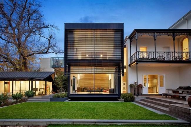Небольшой двухэтажный модульный дом гармонично вписывается в общий дизайн застройки
