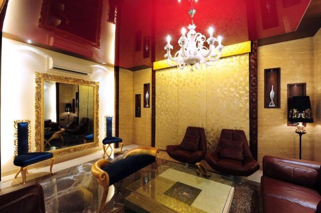 Красивый дизайн гостиной с красным натяжным потолком