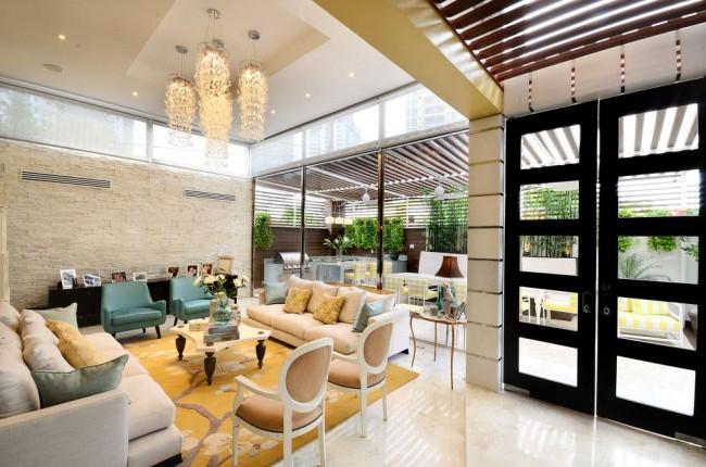Просторная гостиная с глянцевым натяжным потолком