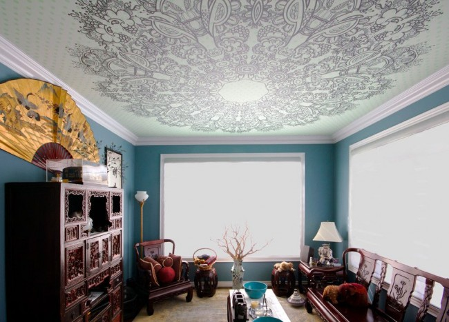 Интересная гостиная с натяжным потолком в стиле фьюжн