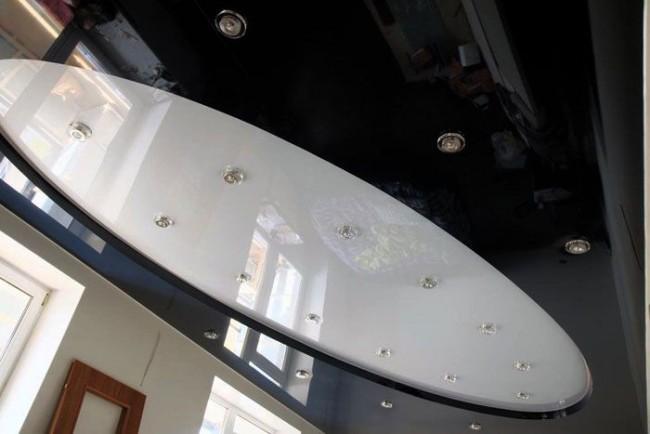 Двухуровневый натяжной потолок смотрится очень эффектно