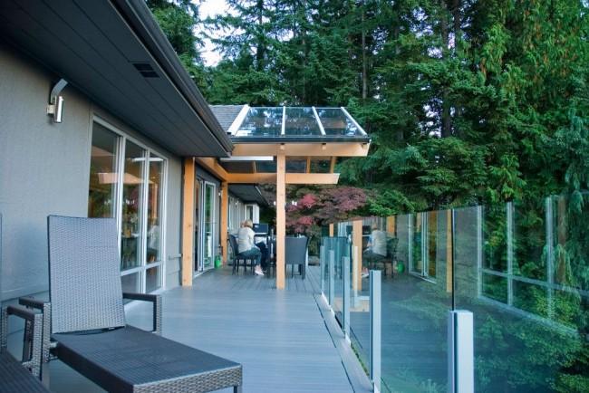 Навес из поликарбоната, пристроенный к дому, не только спасет вас от дождя, но и станет украшением экстерьера