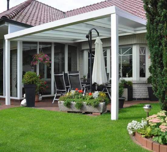 Навес с крышей из поликарбоната считается наиболее современным и простым в изготовлении вариантом