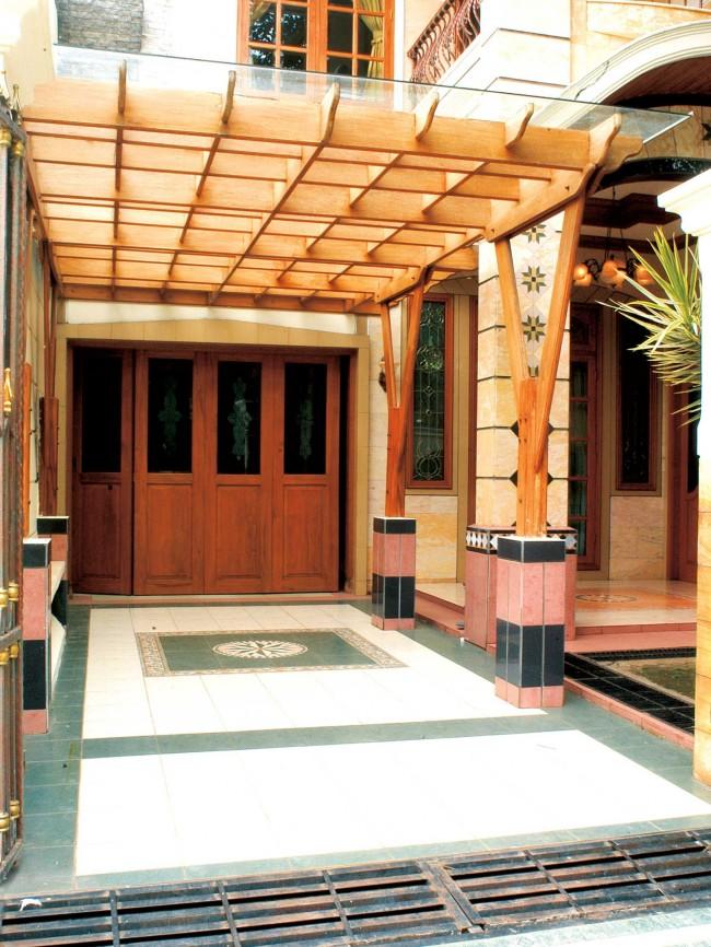 Навес из поликарбоната над крыльцом должен соответствовать общему стилю здания