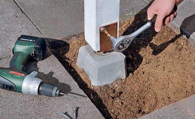 Опорные брусья закрепляются на фундаментах с помощью металлических уголков или скоб