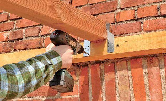 Для соединения стропил с горизонтальной балкой на стене используются металлические уголки