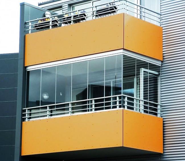 Стильный и современный балкон с остеклением алюминиевым профилем
