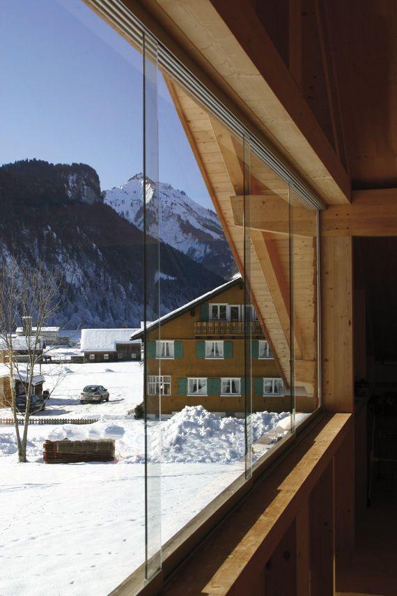 Из раздвижных алюминиевых окон открывается отличный панорамный вид