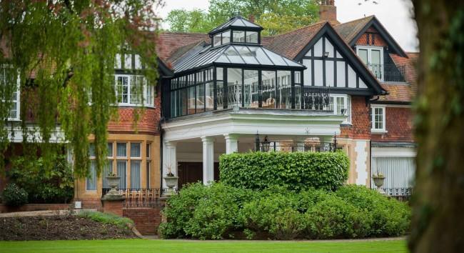 Алюминиевые балконы имеют ряд существенных преимуществ перед другими видами остекления