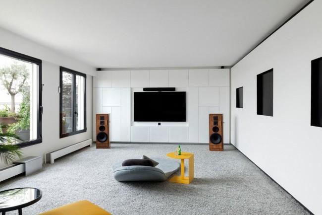 Отделка стен белыми лакированными панелями МДФ для создания звукоизоляции