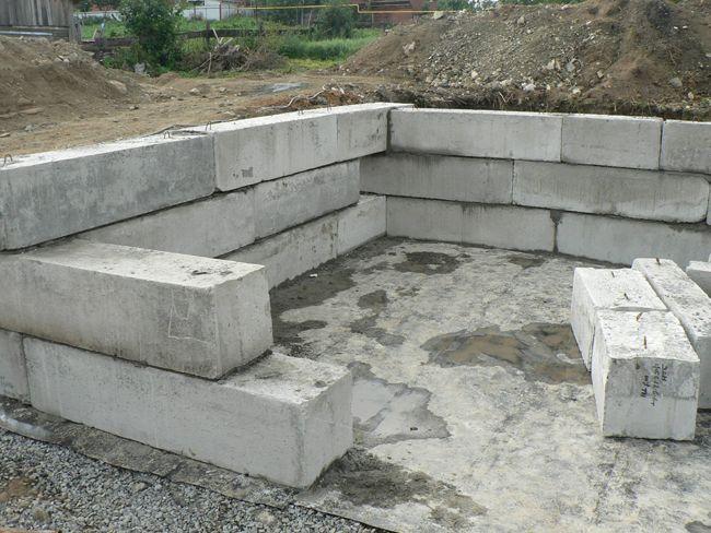 Рис. 8. Стены погреба из бетонных блоков